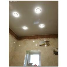 Глянцевый натяжной потолок в ванную
